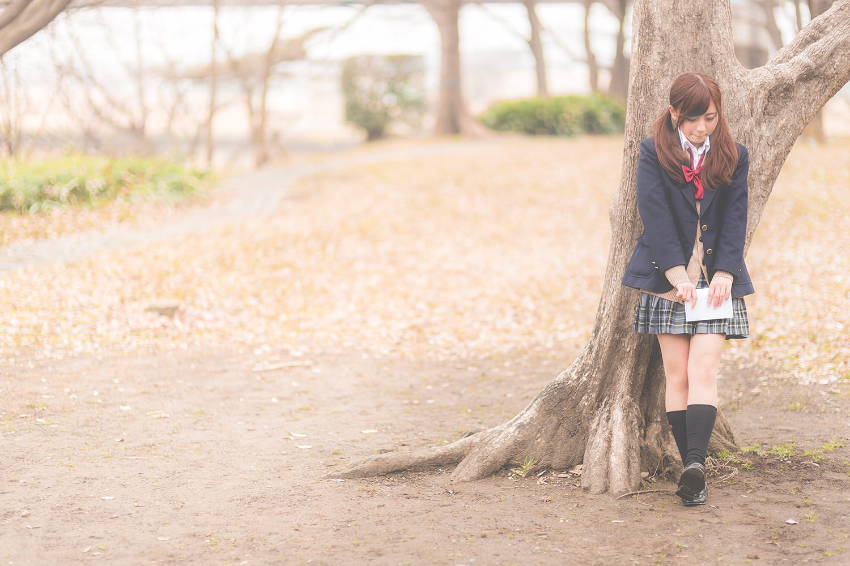 木陰に隠れる女子高生