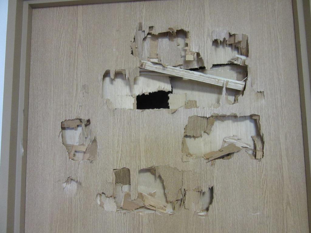 ドア 穴 修理 費用